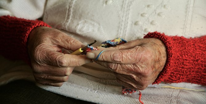 Personnes âgées, majeurs protégés : que prévoit la loi sur l'adaptation de la société au vieillissement ?