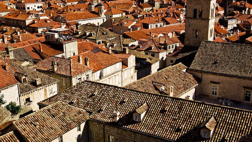 Le désenclavement d'une parcelle n'est pas conditionné à l'exercice de recours à l'encontre d'un certificat d'urbanisme s'y opposant.