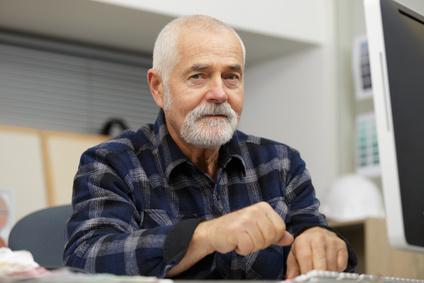 Embauché à 69 ans, un salarié peut-il être mis d'office à la retraite à 71 ans ?
