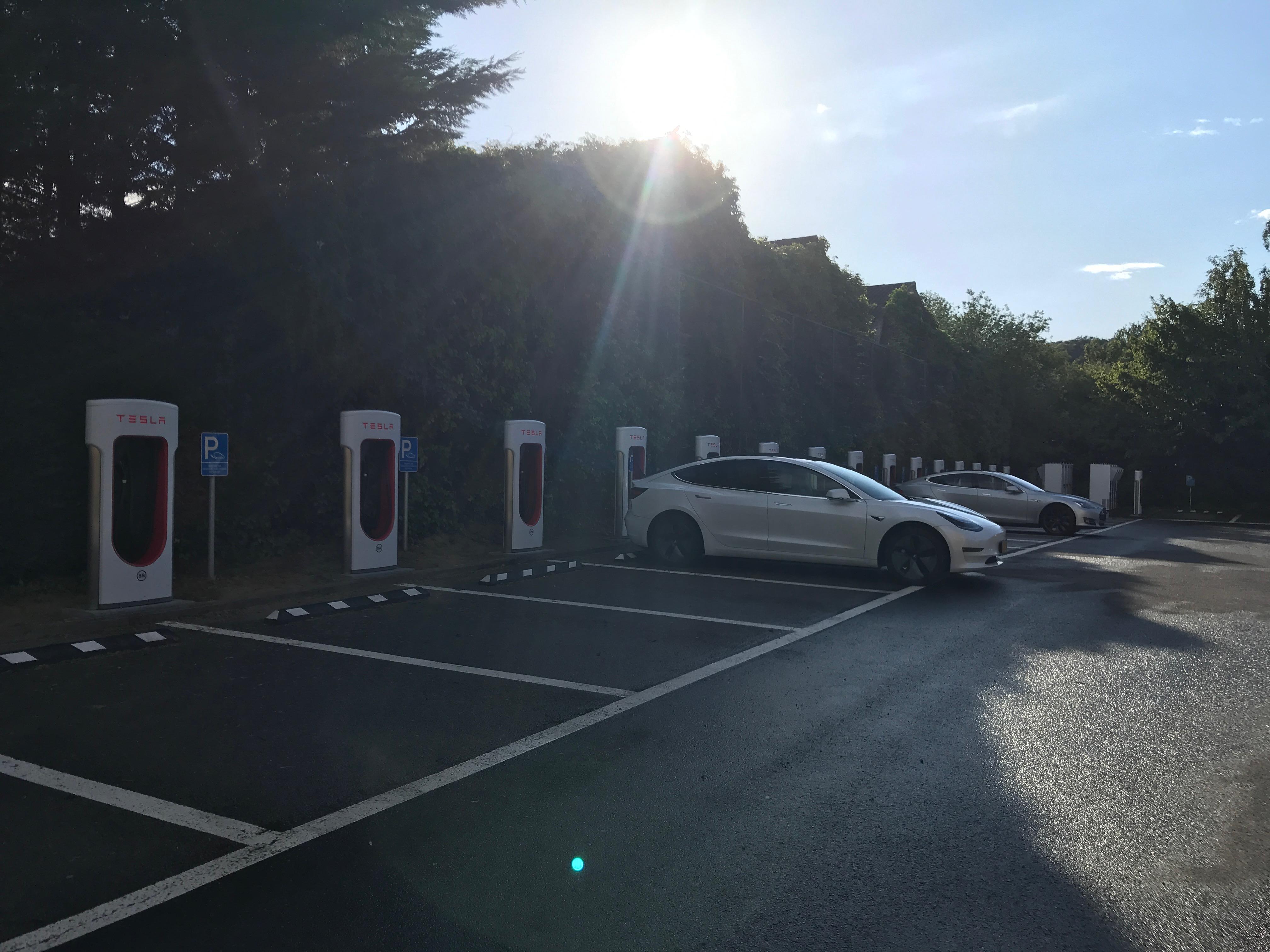 Tesla mise à jour 10.0 : Qui est responsable lors de l'utilisation du Smart Summon (Rappel intelligent du véhicule) ?