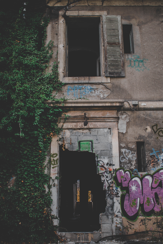 Précisions sur la détermination de la destination d'une construction ancienne, édifiée sans permis de construire et se trouvant dans un état d'abandon