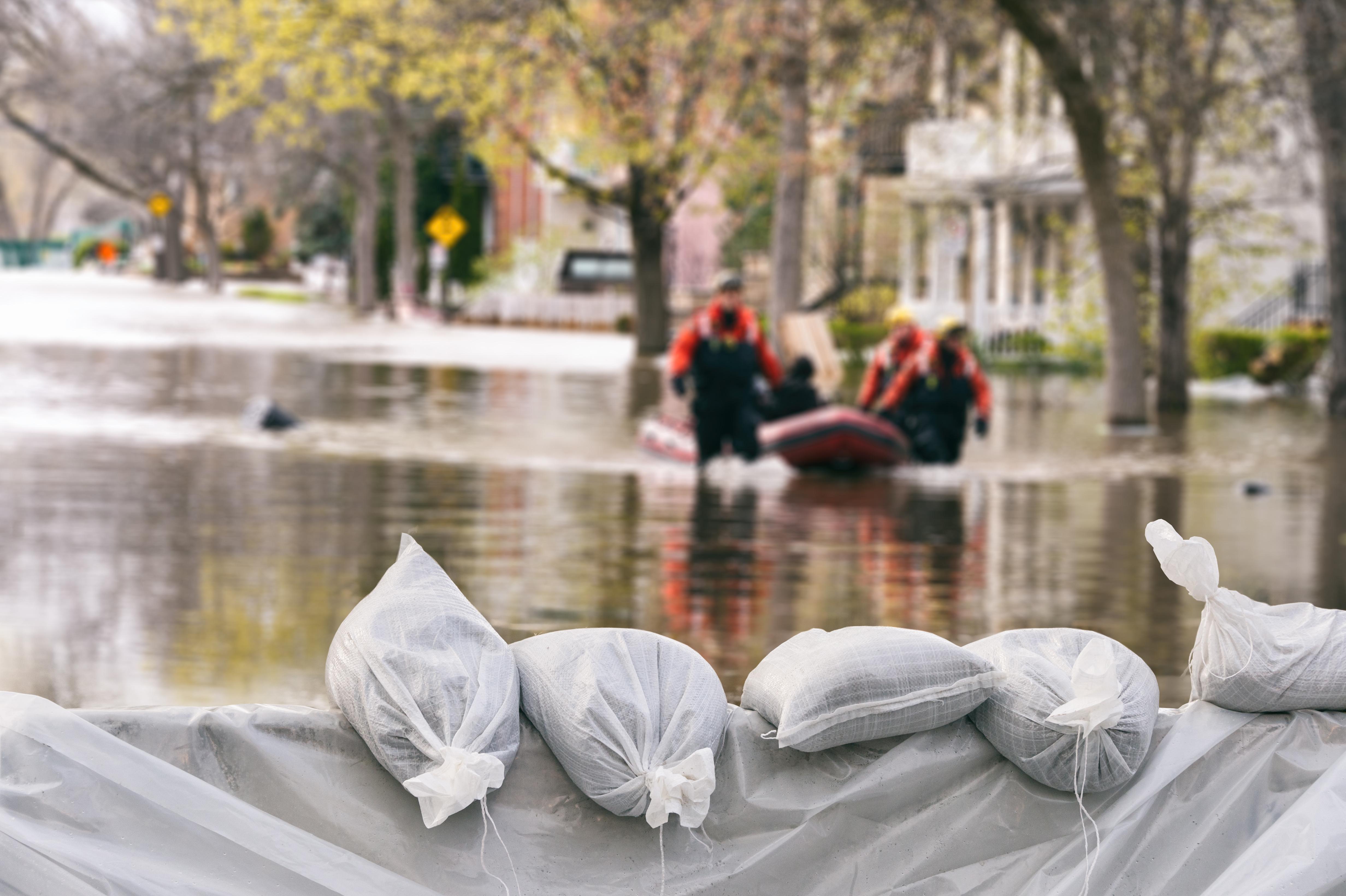 Catastrophes naturelles et dommages de construction : Prévention, responsabilités, et assurance.